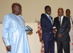 le Président de la BOAD remettant une médaille d'argent à Mr CHristophe AGUESSY, Conseiller Spécial, pour 20 ans de bons et loyaux services